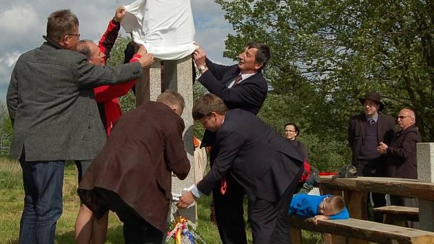 U Pavlova Studence odhalily spolky žulový symbol přímo na hranici s Německem.