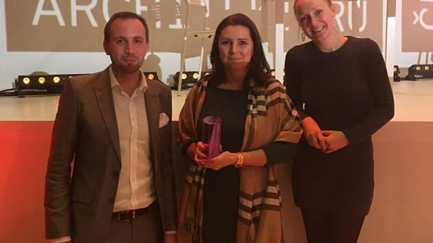 Starostka Plané Martina Němečková (uprostřed) se zakladateli studia xtopix, manžely Buryškovými.
