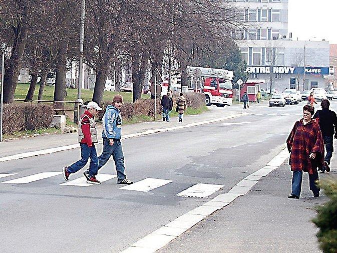 Jeden ze dvou přechodů před školou v Hornické ulici.
