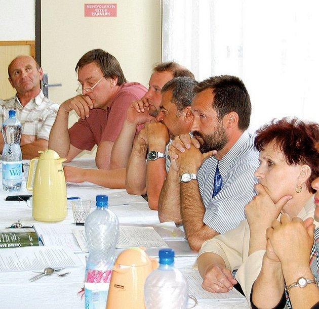 Zastupitelstvo Stráže v čele se starostou Karlem Fišperou muselo na středečním zasedání čelit kritice nájemníků