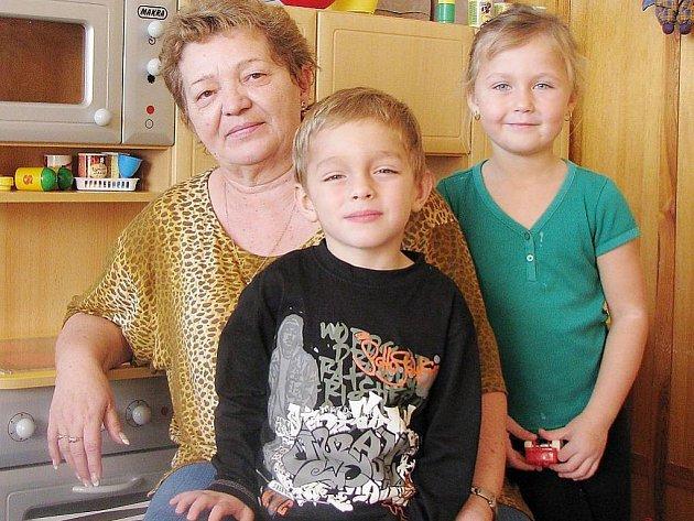 Ředitelka MŠ Kostelec Hana Hermanová (vlevo) pracovala s dětmi celý svůj profesní život . Na snímku s Filipem Andrlem a Kateřinou Karlíkovou z Kostelce.