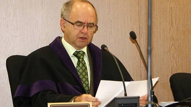 Soudce Okresního soudu v Tachově Josef Junek zná bratry obviněné z krádeže kabelu již z dřívějších kauz. Tentokrát musel soud odročit, protože se jeden z obžalovaných, Miroslav Lacko, nedostavil.