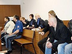 Čtyři muži z Tachova jsou obviněni ze zvlášť závažného zločinu loupeže. Měli zmlátit a okrást Ukrajince. Poškozený se k soudu nemohl dostavit, vrátil se v mezidobí na Ukrajinu. Soudní jednání bylo odročeno.