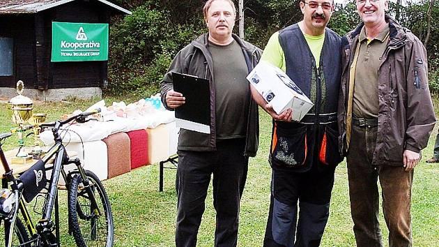 PŘEDSEDA Okresního mysliveckého spolku v Tachově Pavel Nečas (uprostřed) při předávání cen vítězům.