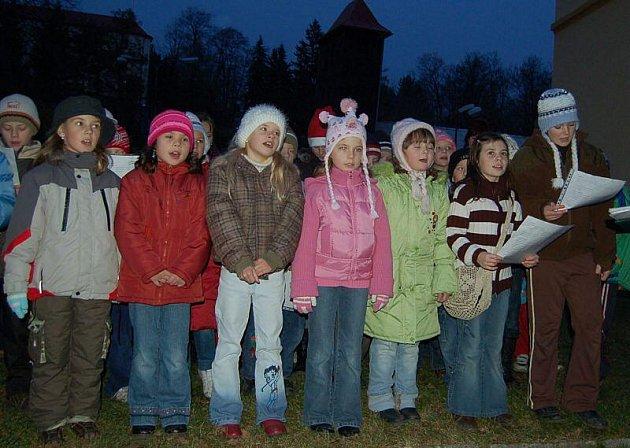 Děti ozdobily vánoční strom a zazpívaly u něj koledy