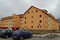 Přestavěná a zrekonstruovaná vojenská ubytovna nabízí více než sto nových bytů.