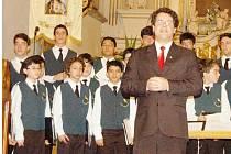 Marco Aurélio Lischt se svým sborem při středečním koncertu v kostele Nanebevzetí Panny Marie v Tachově.
