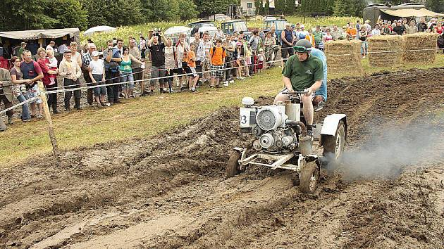 Dožické traktoriády se účastnil také Miroslav Baum ze Záchlumí se svým vlastnoručně vyrobeným dvanáctikoňovým Cadilakem.