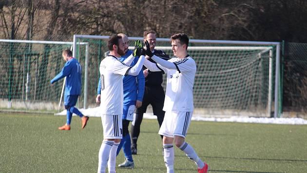 Giuseppe Lanfranchi z Baníku Stříbro (vlevo) se stejně jako v prvním kole poháru Plzeňského fotbalového svazu proti Dynamu Studánka střelecky prosadil i v sobotu v přípravném utkání proti FK Tachov. Zvyšoval už na 4:0 a ke gólu mu stejně jako v duelu se S