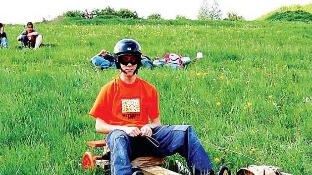 Jedním z desítky odvážlivých řidičů podomácku vyrobených motokár byl i Honza Kohout.