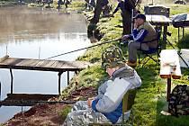 Na břehu rybníka v Kyjově při rybářských závodech nechyběl ani devítiletý Daniel Lang z Mariánských Lázní.