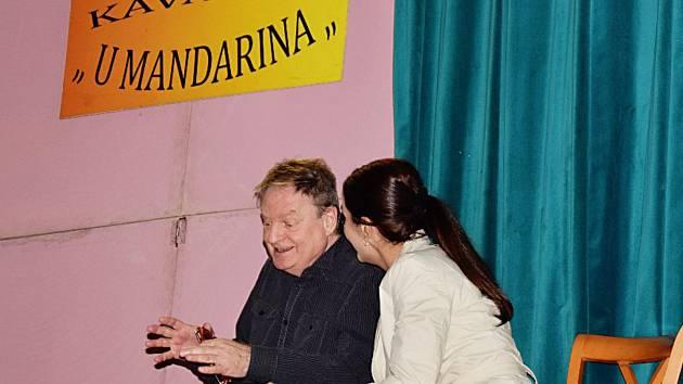 V PŘEDSTAVENÍ  se představil známí herci z pražských divadel, mezi nimi například Jaroslav Sypal, Martin Maxa nebo Tereza Šefrnová.