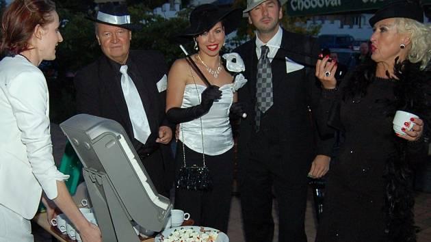 JAKO VYSTŘIŽENÍ Z FILMU PRO PAMĚTNÍKY byli návštěvníci, kteří přišli stylově oblečeni na akci konanou v pátek v rodinném pivovaru Chodovar.