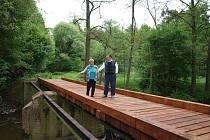 V Ústi si muži svépomocí opravili most.