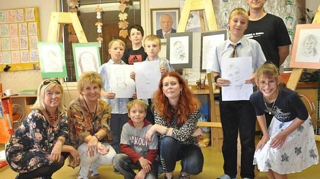 ILUSTRÁTOR MEZI DĚTMI. Petr Šrédl s dětmi a učitelkami autistické třídy Fakultní nemocnice v Plzni.