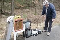 ANTONÍN HOFMEISTER ukazuje, co všechno bylo v posledních dnech na silnici vyhozeno. Momentálně se shýbá pro použitý modem.