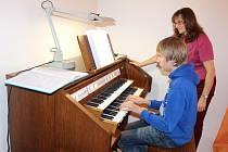 POD DOHLEDEM Jany Vokaté se žáci nového oboru Základní umělecké školy Tachov učí hrát na chrámové digitální varhany.