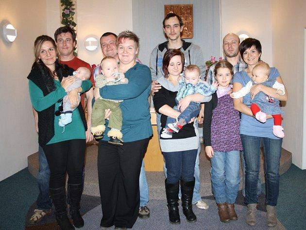 VÍTÁNÍ OBČÁNKŮ se uskutečnilo v úterý odpoledne v Přimdě. Na snímku jsou se svými ratolestmi rodiče Petra Brouzdy, Matěje Chavíka, Radka Pecháčka a Markéty Burianové. Jiří Kohout