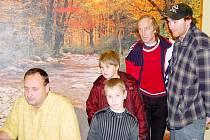 Jiří Kohout ukazuje, jak se na stránku umisťuje fotografie. Přihlížejí Patrik Kohout, Daniela Šmolíková, Karel a Milan Kvasničkovi. Prvním hostem redakce byl Michal Štěpán (vlevo nahoře)