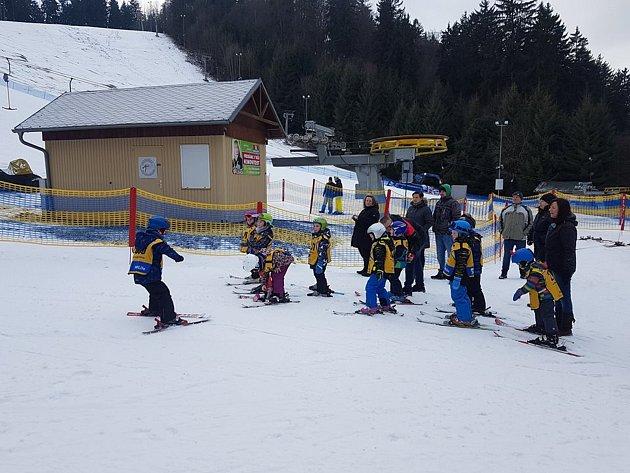 Lyžařské kurzy rozhodně nejsou záležitostí pouze základních a středních škol. Své zážitky na svahu si užily také děti z Mateřské školy ve Stříbře. Společně se totiž vypravily na sjezdovku v Mariánských lázních, aby zde absolvovaly základní lyžařský kurz.