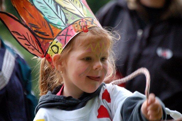Mateřinka v Chodové Plané se loučila se školním rokem v indiánském stylu.