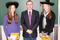Veronika Matulková a Amálie Němečková při převzetí ceny od hlavního pořadatele soutěže