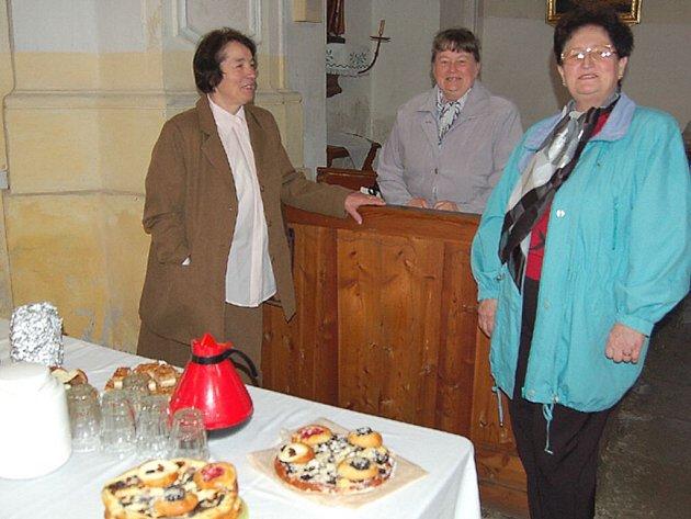 Farní společenství v Černošíně připravilo návštěvníkům pouťové bohoslužby občerstvení. Na snímku Blažena Filipčíková, Marie Krejčová a Lydie Filipčíková.