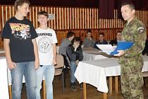 STUDENTI stříbrského gymnázia si vyzkoušeli, jak to ještě před několika lety chodilo u odvodů.