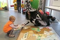 Do skládání havířských puzzle se bez váhání a s odvahou pustila i malá Beátka, nejmladší účastnice sobotní Halloween party v Informačním centru Elektrárny Ledvice.