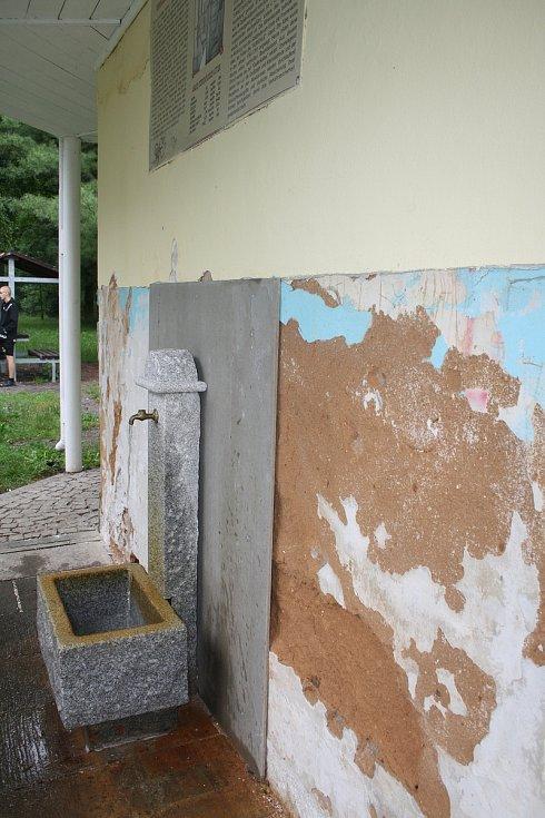 MINERÁLKA UŽ MÁ NOVÝ KAMENNÝ PORTÁL, čeká ji ještě vydláždění a oprava části fasády.