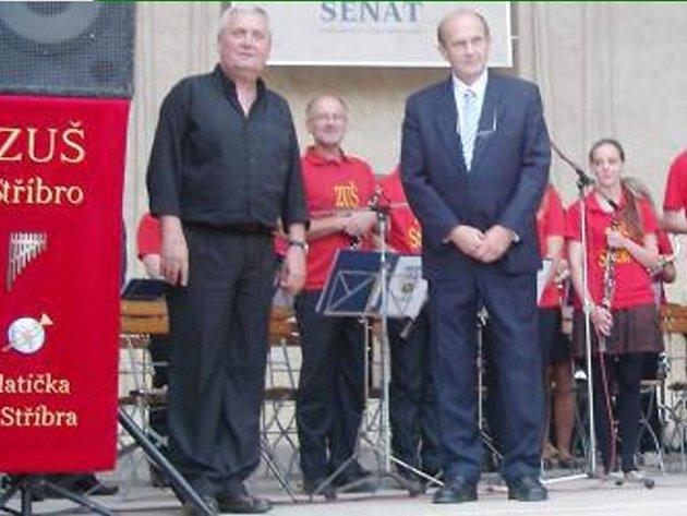 ANTONÍN BULKA (zcela vlevo) a dechový orchestr Zlatíčka ze Stříbra.