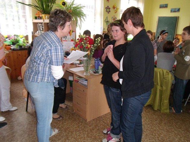 NATÁLIE PALICHOVÁ se svou maminkou přebírá cenu za účast v soutěži.
