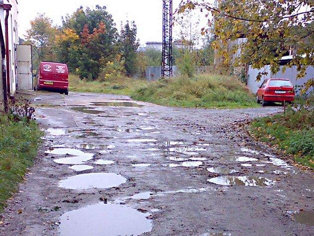 Takto vypadá část ulice V alejích, když je právě po dešti. Hluboké jámy, ve kterých stojí voda i několik dní.