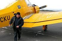 Pilot Bedřich Vávra z Pelhřimova (na snímku) přiletěl v letadle Z37A Čmelák na letiště Kříženec.