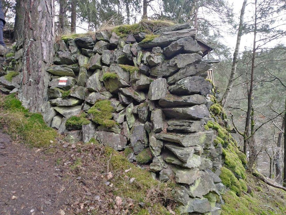 Cesta z Máchova údolí.