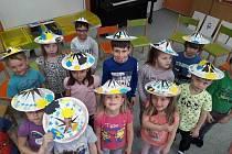 Aprílový den měly děti v mateřince Sadová v Tachově. Děti si podívaly o tom, co je to vtip a legrace, apríl a někoho vyvést aprílem, říkaly si vtipné básničky a  hrály legrační hry. A také si zkusily, jak to vypadá, když děti dělají paní učitelku a předcv