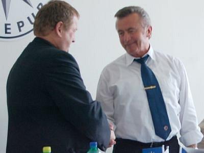 JAROMÍR KNÍŽE (vlevo) poděkoval odcházejícímu bavorskému kolegovi Josefu Wittmannovi za spolupráci.