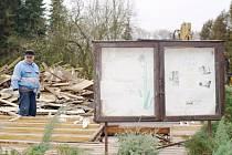 ZE SKAUTSKÉ KLUBOVNY V BORU, kterou prošly za léta jejího fungování desítky dětí, nyní už zbyla jen oddílová vývěsní tabule. Pracovníci už odklízejí zbytky suti ze stavby.