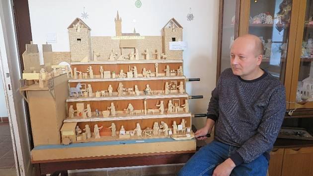 V černošínském muzeu mají letos na Vánoční výstavě raritu v podobě více než metrového pohyblivého betlému. Jeho tvůrcem je čtyřiapadesátiletý Karel Maňura ze Svobodky.