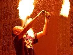 Ples hasičů v Chodové Plané prozářila ohnivá show