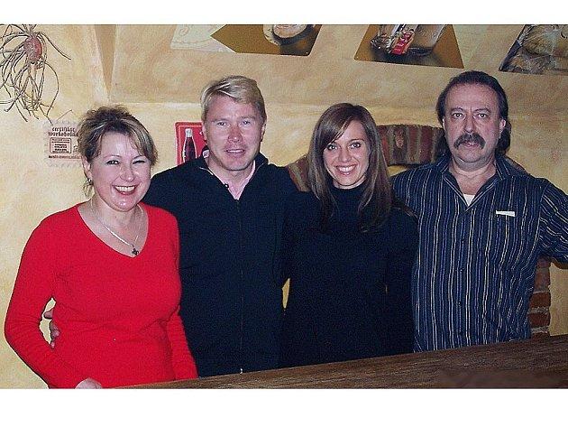 Mika Häkkinen (druhý zleva) se svojí přítelkyní z Plzeňska, která si nepřála být jmenována a provozovateli jedné ze stříbrských restaurací, manželi Hebrovými.