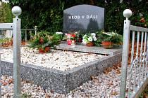 Hrob v dáli na hřbitově v Tachově.