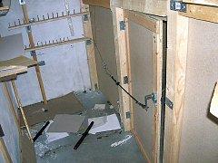 Vchody do skrýší byly zajištěny zavíracími mechanismy  a zamaskovány zbožím.