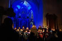 V Kostelci se rozsvítil vánoční strom. Došlo ale i na speciální adventní koncert v prostorách kostela svatého Jana Křtitele.