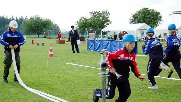 Jarní části okresního kola soutěže mladých hasičů Plamen se v sobotu zúčastnily také děti z Damnova (na snímku při štafetě dvojic)