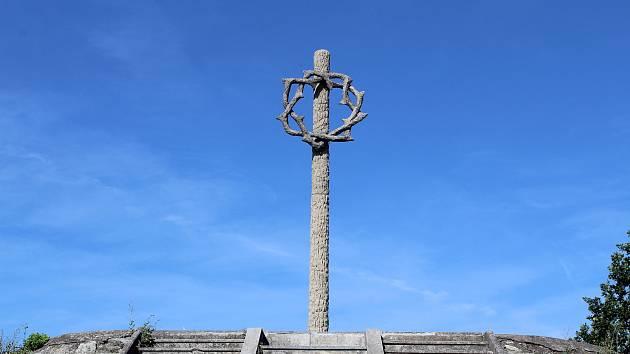 Snímky dokládají uložení rakví, ještě v šedesátých letech zde byly dřevěné náhrobky. Sloup s trnovou korunou už je restaurovaný.