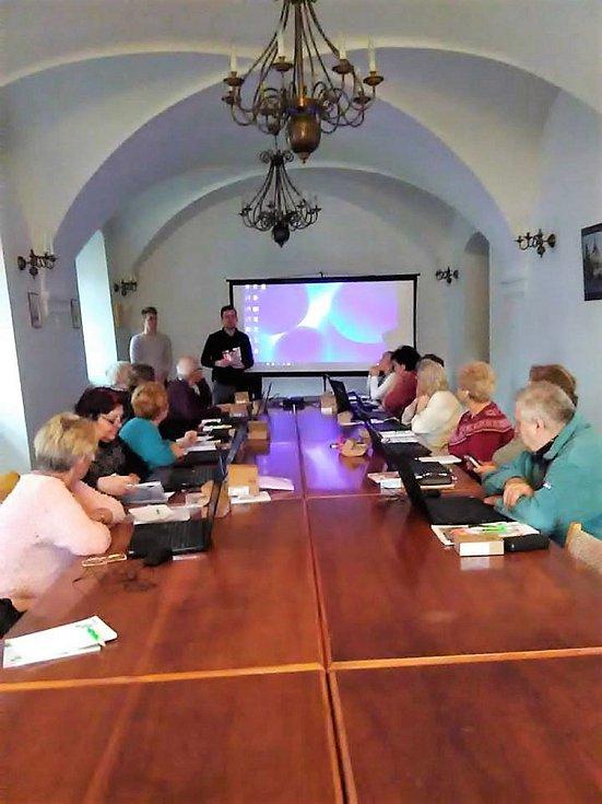 Senioři ve Stříbře se učili pracovat s počítačem.