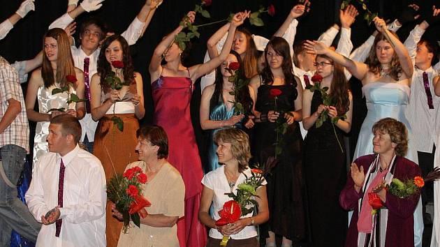 Odpoledne plné vzpomínek, hudby a tance zažili rodiče dětí, které chodí na Základní školu v Gagarinově ulici ve Stříbře. Celá škola se totiž přišla v pátek odpoledne rozloučit s žáky devátých tříd do stříbrského kina.