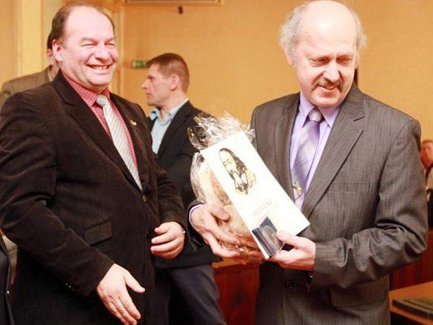 JOSEF KADLEC (vpravo) převzal společně s dalšími pedagogickými kolegy ocenění a poděkování nejen z rukou hejtmana, ale také od náměstka pro školství Jiřího Stručka (vlevo).