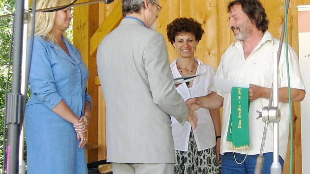 Starosta Svojšína Karel Petráň (zcela vpravo) přebírá cenu.